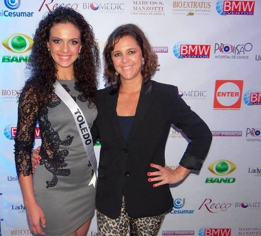 Miss Larissa Machado e a coordenadora do Miss Toledo, Cristina Oliveira, na final do Miss Paraná 2014.